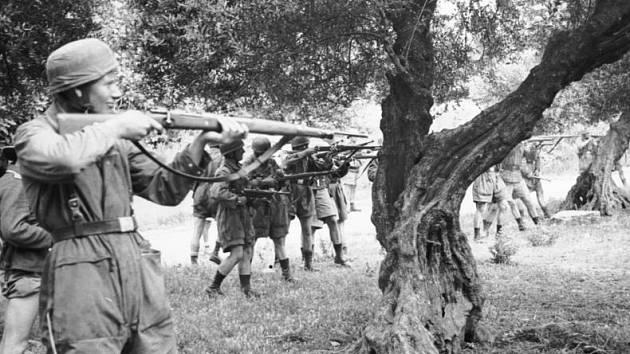 Jeden z masakrujících vojáků v okamžiku střelby