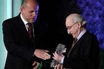 Juraj Herz přebírá cenu od min. kultury Jehličky (vlevo) z celoživotní přínos na udělení filmových cen Český lev za rok 2008, které proběhlo 7. března v pražské Lucerně.