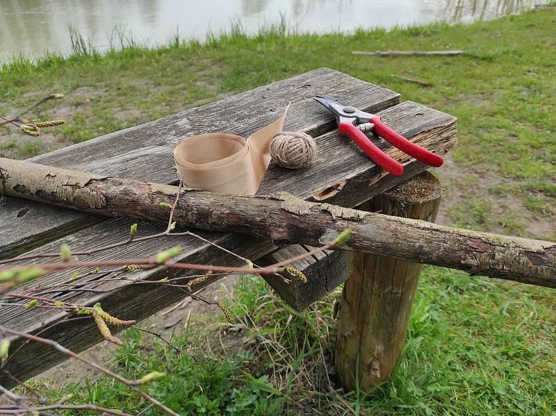 K výrobě létajícího čarodějnického koštěte stačí jen pár věcí. Násada či větev, březové proutky, motouz, pentli a nůžky.