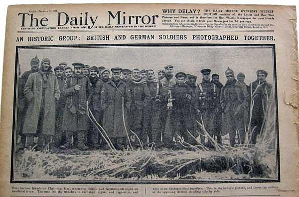 Britský list Daily Mirror informuje o neformálním vánočním příměří mezi britskými a německými vojáky během prosincových svátků 1914