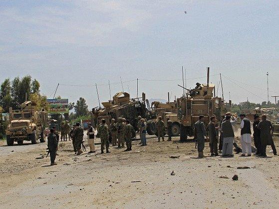 Afghánští a američtí vojáci na místě útoku u Dželálábádu.
