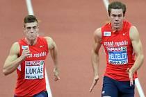 Bok po boku. Vícebojaři Marek Lukáš (vlevo) a Adam Sebastian Helcelet během úvodní disciplíny na halovém mistrovství Evropy v Praze.