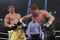 Mistr světa organizace WBA v těžké váze boxer Alexandr Povětkin (vpravo).
