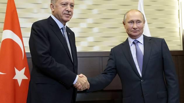 Turecký prezident Recep Tayyip Erdogan (vlevo) a jeho ruský protějšek Vladimir Putin