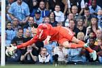 Konkurent Petra Čecha v brance Chelsea Thibaut Courtois inkasuje gól od Manchesteru City.
