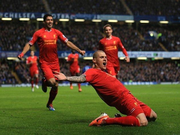 Martin Škrtel z Liverpoolu se raduje z překonání Petr Čecha v brance Chelsea.