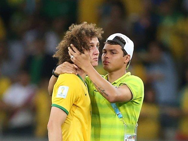 David Luiz (vlevo) neskrýval po výprasku Brazílie slzy.