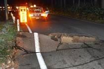 Zemětřesení poničilo silnici na trase Hakuba - Nagano.