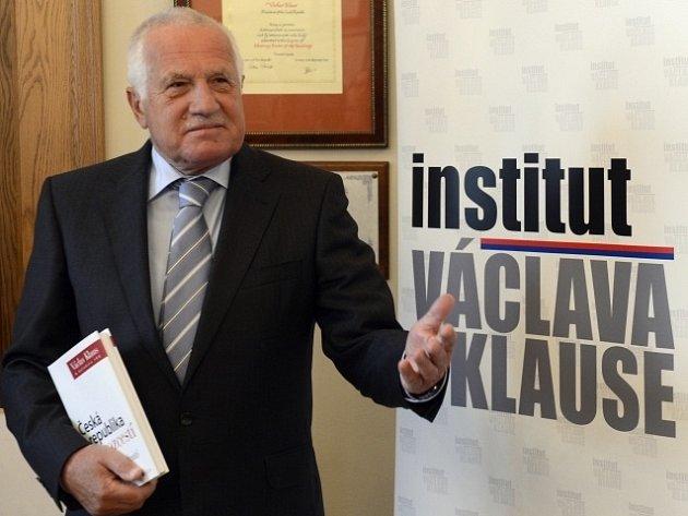 Exprezident Václav Klaus představil 7. října v Praze novou knihu pod názvem Česká republika na rozcestí: Čas rozhodnutí.