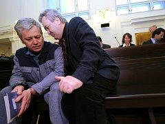 Zakladatel vytunelovaného H-Systemu Petr Smetka (vlevo) se svým obhájcem u soudu v roce 2008.