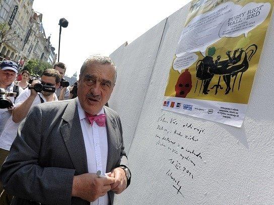 Ministr zahraničí Karel Schwarzenberg se 16. června v centru Prahy podepsal a napsal vzkaz na zeď v rámci happeningu na podporu ruské rockové kapely Pussy Riot nazvaném Zeď Pussy Riot.