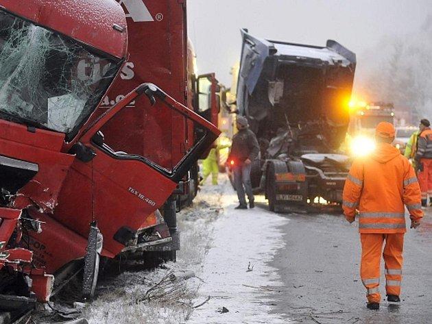 Dálnice D1 byla 23. listopadu brzy ráno uzavřena po dopravní nehodě pěti nákladních aut a jednoho osobního na 106. kilometru nedaleko obce Smrčná u Jihlavy.