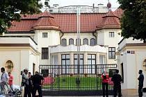 Vstupní brána do Kramářovy vily v Praze, kde se v neděli 26. června večer konalo jednání koaličních stran ve formátu K9 o dodatku ke koaliční smlouvě.