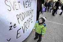 Investoři do fotovoltaiky se 5. listopadu ráno před Poslaneckou sněmovnou v Praze pokusili přesvědčit poslance, aby nehlasovali pro bezprecedentní 26procentní daň. Tu hodlá vláda uvalit na solární elektrárny nad 30 kW.