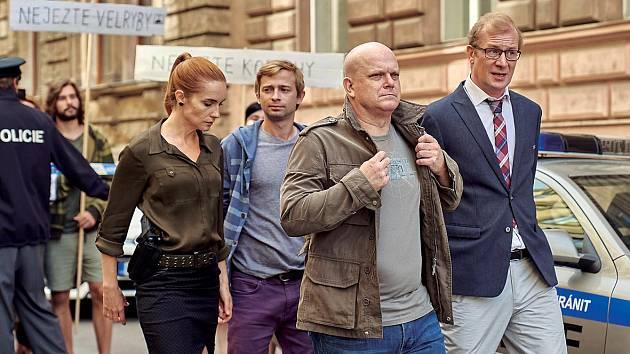 V nové parodii Případ mrtvého nebožtíka hraje s Hanou Vagnerovou, Davidem Novotným a Martinem Pechlátem.