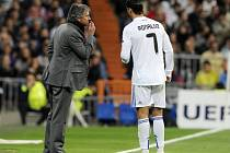 O čempak si asi povídají José Mourinho (vlevo) s Cristianem Ronaldem.