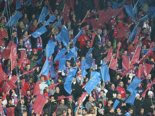 Fanoušci Plzně na stadionu ve Štruncových sadech.
