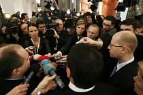 Foyer před Španělským sálem sloužilo nejen kontaktům s pracovníky médií