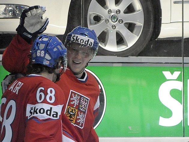 Aleš Hemský (vpravo) slaví s Jaromírem Jágrem jednu z řady povedených akcí v zápase s Dánskem.