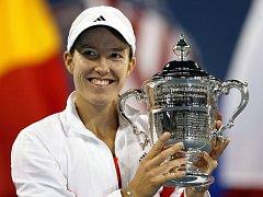 Justine Heninová s trofejí pro vítězku US Open.