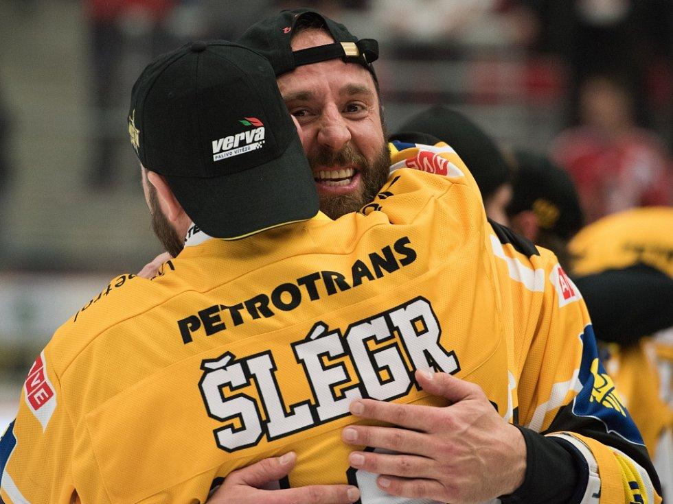 Dvě hvězdy Litvínova. Martin Ručinský (vpravo) se dočkal mistrovského titulu na ledě, Jiří Šlégr na střídačce.