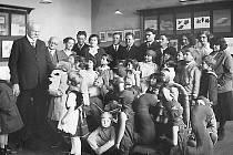 Josef Kožíšek při návštěvě školy v Úvalech u Prahy, kde ve stáří bydlel.