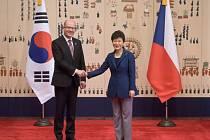 Premiér Bohuslav Sobotka se dnes v jihokorejské metropoli Soulu setkal s prezidentkou Korejské republiky Pak Kun-hje.