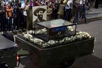Urna s popelem někdejšího kubánského autoritářského vůdce Fidela Castra, který zemřel před týdnem, je dnes očekávána v Santiagu de Cuba na východě Kuby.
