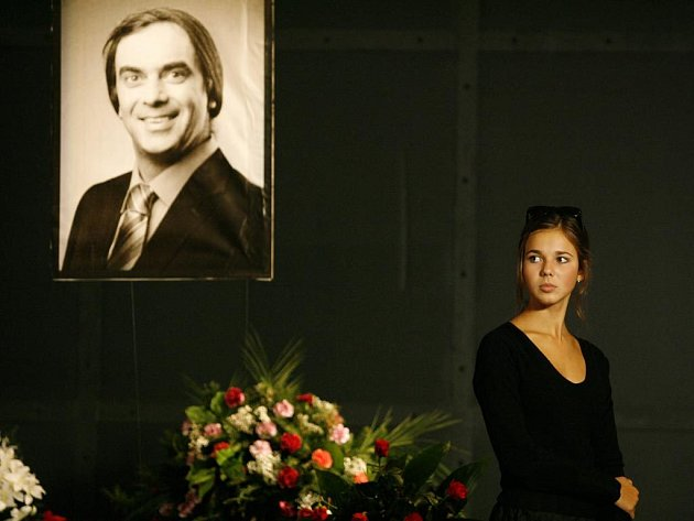LOUČENÍ S IDOLEM. Představitelka Zuzky při natáčení filmu v karlínském divadle.