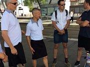 Ridiči MHD v Nantes vyrazili do práce kvůli vedru v sukních.