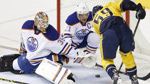 Obránce Edmontonu Andrew Ference (uprostřed) se snaží v brance zastavit střelu Romana Josiho z Nashvillu.