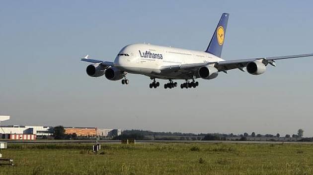 Největší dopravní letadlo současnosti Airbus A380 společnosti Lufthansa