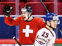 Nino Niederreiter ze Švýcarska právě využil jednu z několika chyb české defenzivy.