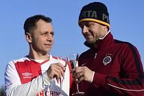 Ivo Ulich ze Slavie (vlevo) a Miroslav Baranek ze Sparty při silvestrovském přípitku po skončení utkání.