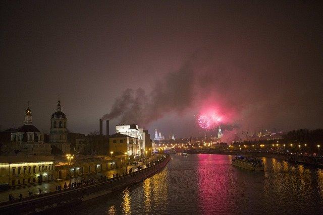 Oslavy příchodu nového roku v Moskvě.