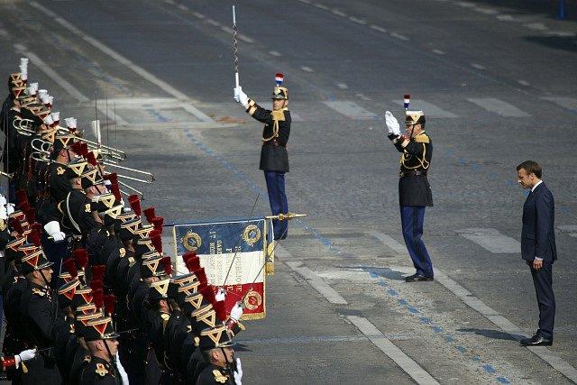 Francouzský prezident Emmanuel Macron přihlíží slavnostní přehlídce u příležitosti Dne Bastily.