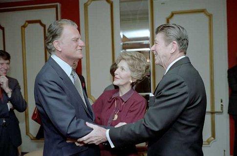 Billy Graham s bývalým americkým prezidentem Ronaldem Reaganem a jeho ženou Nancy