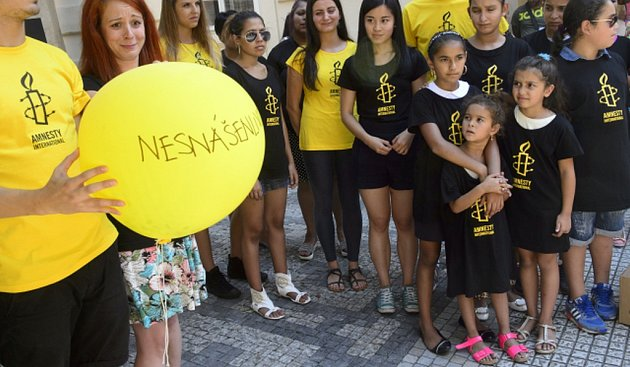 Účastníci performance připravené romskými ineromskými aktivisty, během které 31.srpna vPraze Amnesty International (AI) předala zástupcům ministerstva školství petici za ukončení etnické diskriminace včeském vzdělávacím systému.
