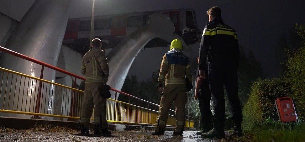 Socha velrybího ocasu zachránila metro u Rotterdamu před pádem.