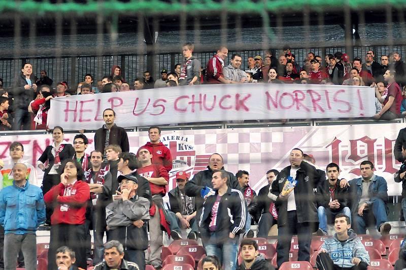 Jedině Chuck pomůže... Fanoušci rumunského fotbalového klubu CFR Kluž hledají spasitele (2012).