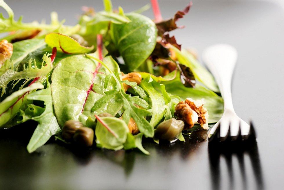 Špenátový salát s opečeným kozím sýrem