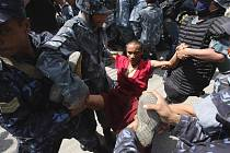Čínské úřady v pondělí zahájily rozmisťovaní dalších jednotek podél tibetských hranic s jihoasijskými státy. Krok je součástí represivních opatření pekingského vedení před úterními oslavami 50. výročí tibetského povstání proti čínské invazi.
