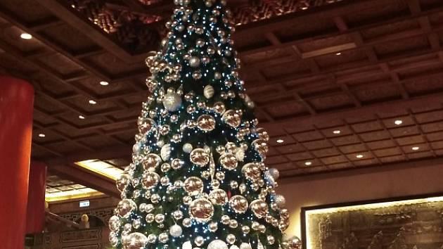 Vánoce neminuly ani vstupní halu Grand Hotelu, místa, kde generál Čankajšek hostil v šedesátých letech i americké prezidenty.