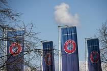 Vlajky před sídlem Evropské fotbalové federace ve švýcarském Nyonu.