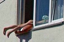 Mladá kráska z centra Vídně, která se rozhodla velmi netradičně opalovat v otevřeném okně třetího patra domu s tím, že jí ven čouhaly jen nohy a zadek, způsobila v minulých dnech dole na ulici hotový poprask.