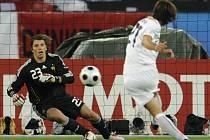 Andrea Pirlo dává z penalty první branku utkání Itálie - Francie. Brankář Gregory Coupet byl proti jeho střele bezmocný.