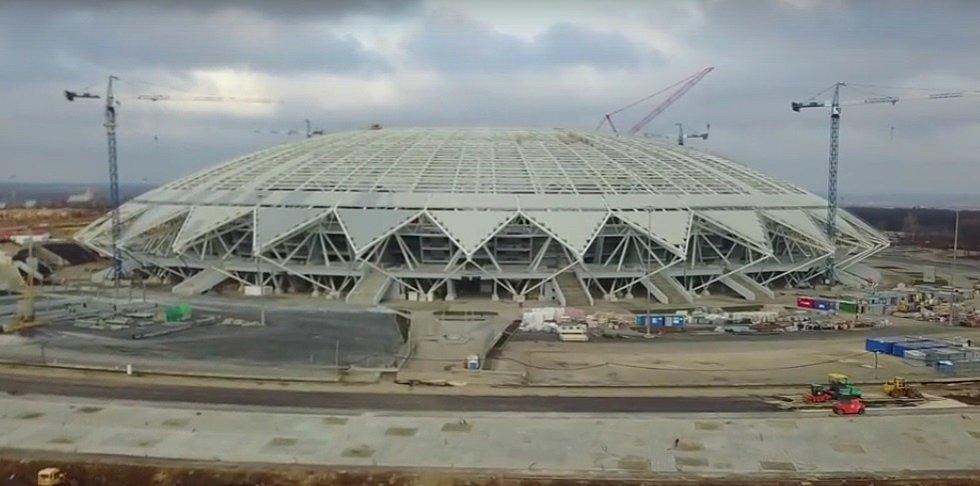 """Samara Arena (Samara, 44 918 diváků). Koncept arény se opírá především o téma vesmíru jako pocta tradičnímu """"odvětví"""" tohoto regionu. Dodnes se zde vyrábějí kosmické rakety. Designem má stadion připomínat skleněný dóm. Domácí tu sehrají zápas s Uruguayí."""