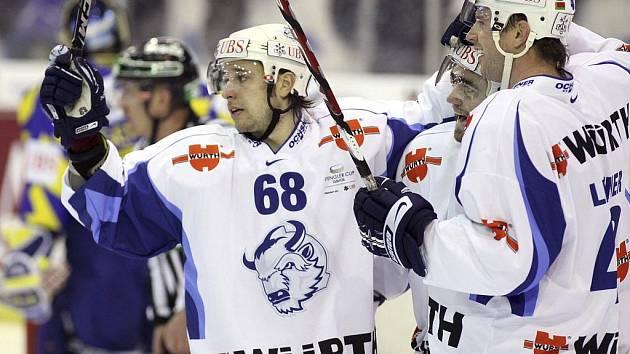 Hokejisté Minsku (zleva Chris Chupris, Denis Košetkov a Richard Lintner) oslavují gól ve finále Sprenglerova poháru.