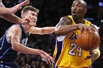 Hvězda Lakers Kobe Bryant (vpravo).