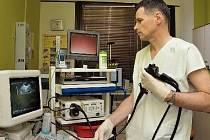 GASTROENTEROLOG, MUDr. Karel Mareš, dokáže (nejen) s pomocí endoskopu a endosonografie pomáhat mnoha pacientům s jejich zažívacími potížemi.